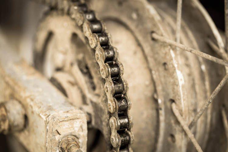 Acumulación de suciedad en elementos no lubricados de la moto.