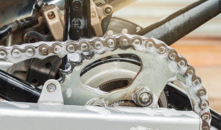 Las cadenas de las motos son las más susceptibles a quedarse sin lubricante cuando se lavan.