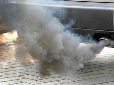 Humo gris: fuga del líquido de transmisión.