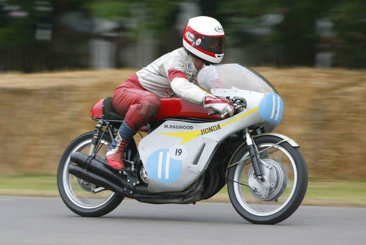 Mike Hailwood en su motocicleta de competencia