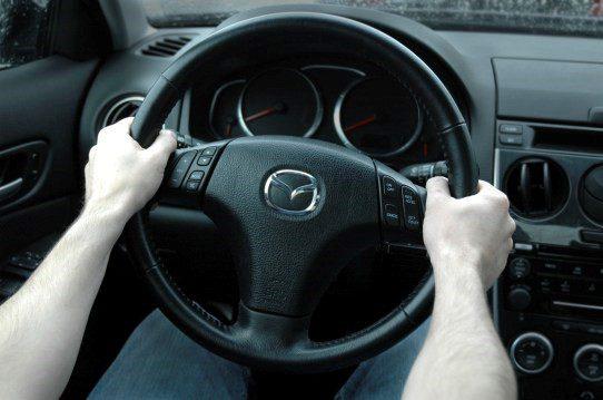 Posición correcta para tomar un volante