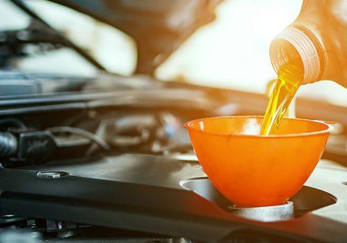 ¿Por qué es importante realizar el cambio de aceite en un auto?