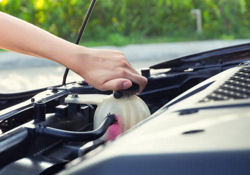 Cómo agregar anticongelante al auto
