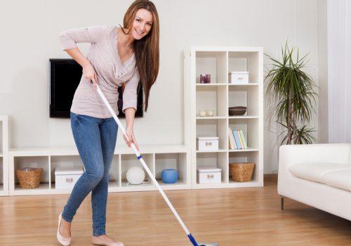 ¿Cómo debo de limpiar los pisos de mi hogar?