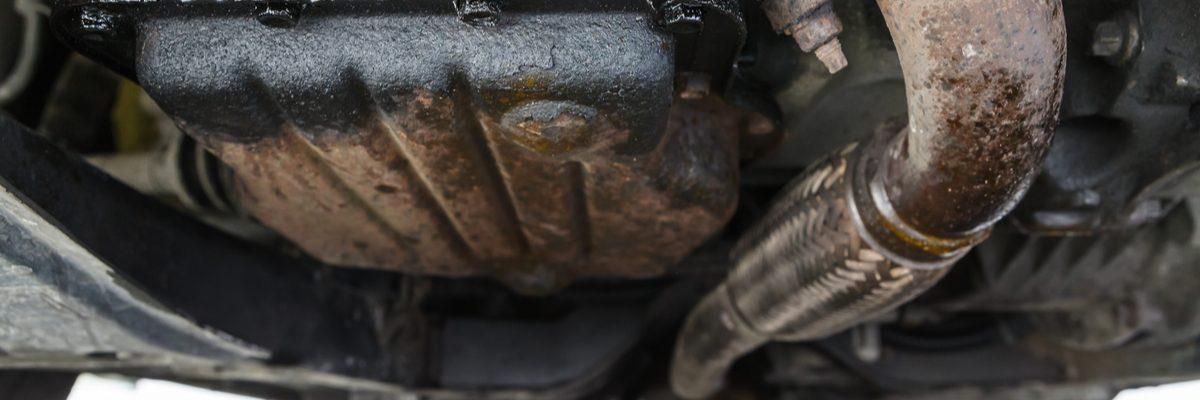 Una fuga de aceite en el carter de aceite se notará debajo y en la parte posterior del auto