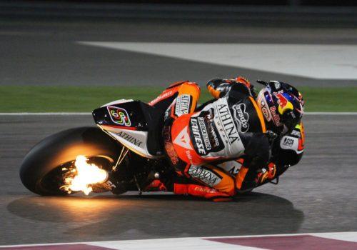 ¿Por qué la motocicleta tiene detonaciones?