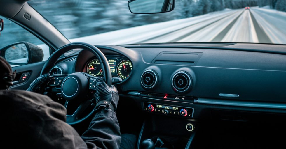 La posición de las manos al volante siempre debe de ser a las 9 y a las 3