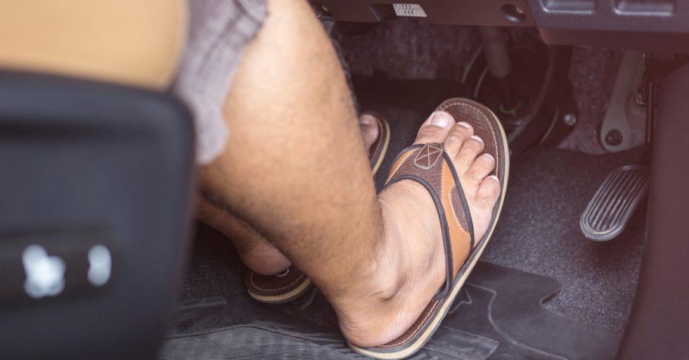 No utilices chanclas al conducir, se pueden atorar evitando poder usar los pedales