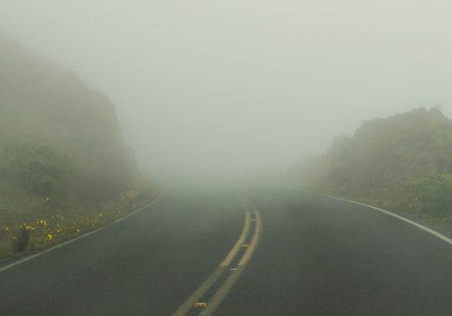 ¿Cómo evitar un accidente cuando manejas en situaciones de poca visibilidad?