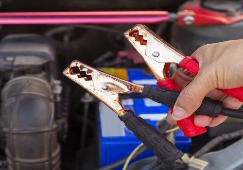 ¿Cómo Arrancar un Auto Que Se Quedó Sin Batería?