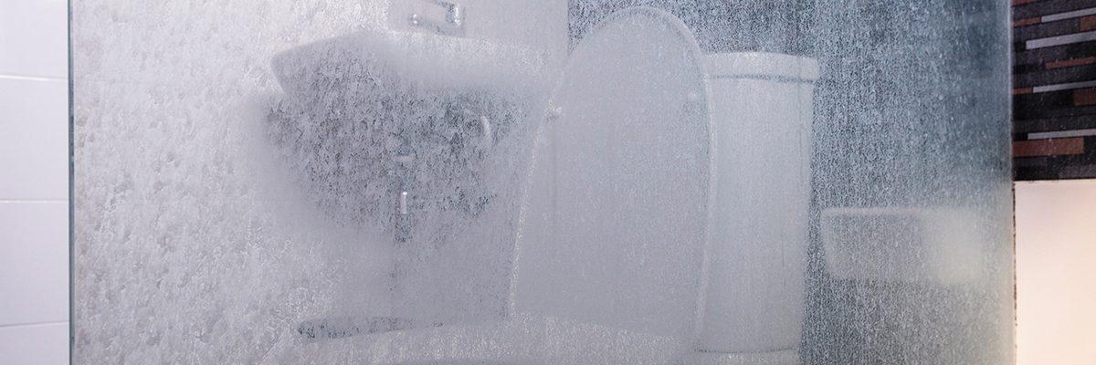 Cómo eliminar Manchas de Agua en los Cristales del Baño