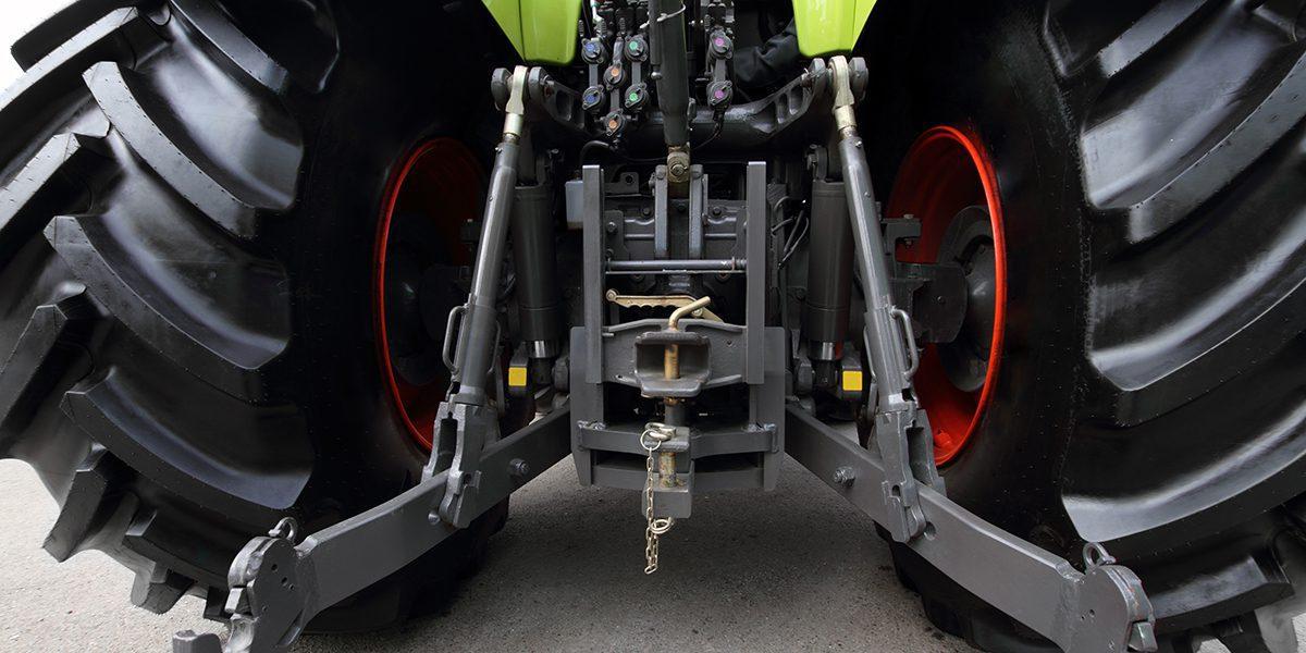 ¿Cómo funcionan los accesorios hidráulicos del tractor?